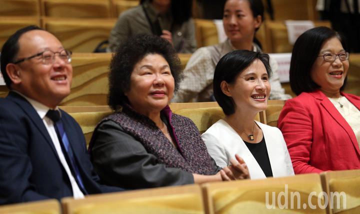文化部長鄭麗君(右二)今天和高雄市長陳菊(左二)一同前往衛武營藝文中心訪察,並現場體驗擁有2,000席的衛武營音樂廳國際級的聲響設計與效果。記者劉學聖/攝影