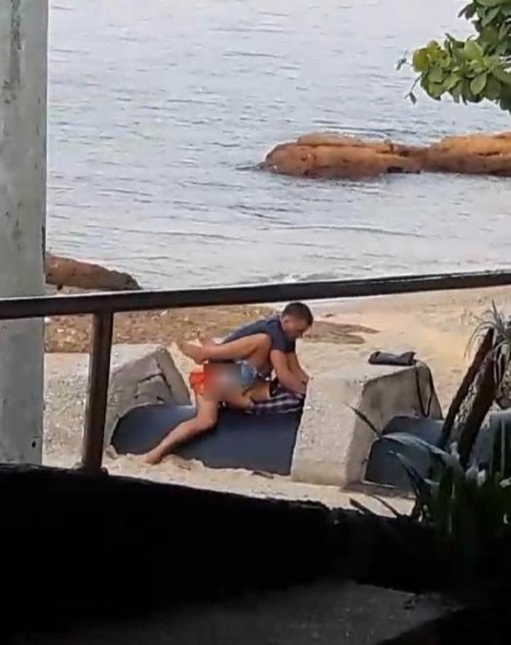 疑似酒醉遊客在泰國芭達雅海灘邊「打野戰」,過程全被附近民眾拍下來。英國太陽報