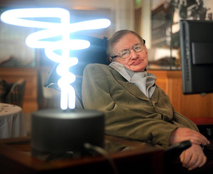 世界知名理論物理學家霍金2012年2月25日拜訪倫敦科學博物館(Science Museum in London)時,在發明家香普金斯(Mark Champkins)製作的「黑洞之光」(black hole light)旁拍照。霍金14日安詳過世,享壽76歲。美聯