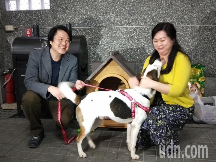基隆市長林右昌和夫人吳秋英今天在壽山路官邸,歡迎新成員林吉米回家。記者游明煌/攝影