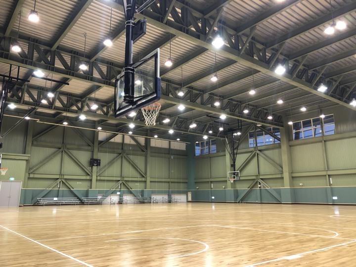 綜合球場可做籃球練習,也是四面羽球場。記者王慧瑛/攝影