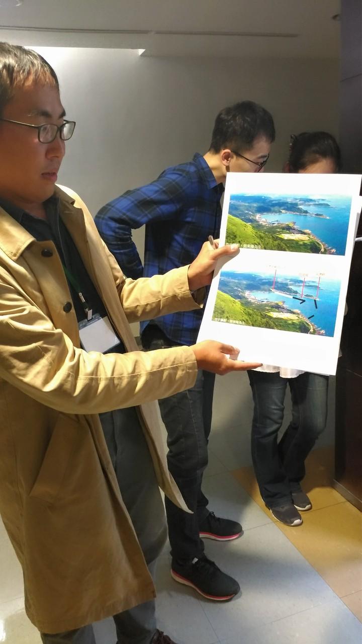師大博士梁珆碩拿出對比照指出,蓋深澳電廠恐影響當地景觀與生態。記者董俞佳╱攝影
