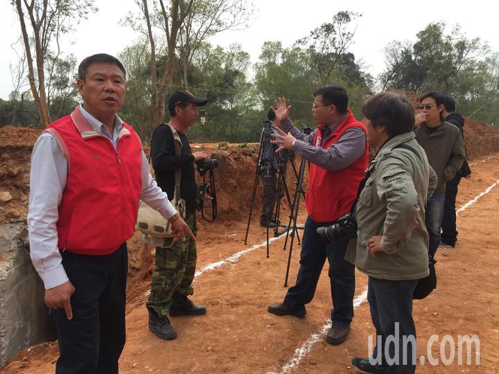 金湖鎮長蔡西湖(左一)與金門戰地史蹟協會今天到現場會勘,表示不知道底下是重要的坑道,遭軍友「吐槽」。記者蔡家蓁/攝影
