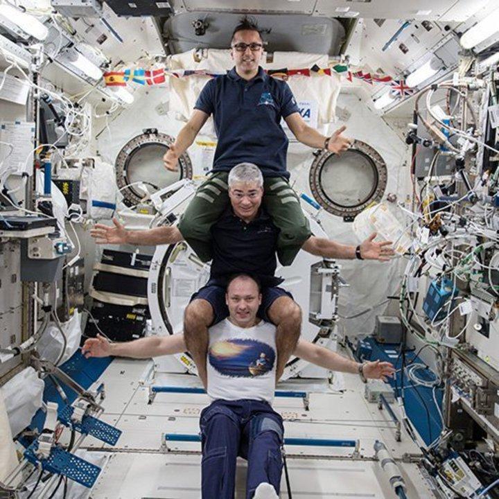 遠征54隊太空人──阿卡巴(上)、海伊(中)及米蘇爾金,2月25日在國際太空站合影。美聯社