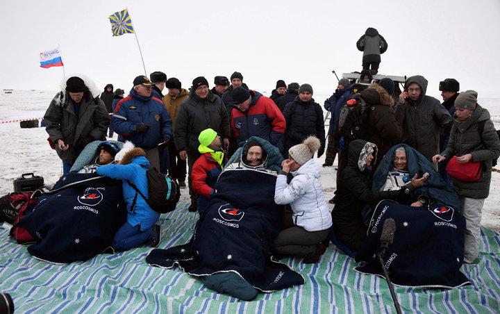太空人阿卡巴(左)、米蘇爾金(中)及海伊,2月28日搭乘太空船,順利降落在哈薩克傑茲卡茲甘市市郊。路透
