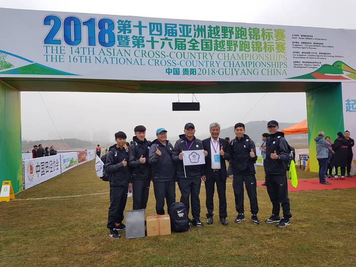 王景成(右三)、領隊潘瑞根(左四)及中華隊4名長跑好手。圖/中華田徑協會提供