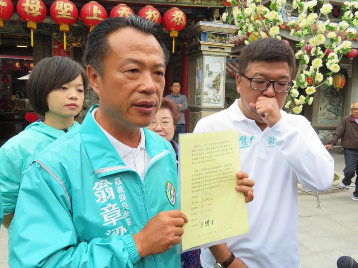民進黨嘉義縣長提名人翁章梁出示宣讀誓詞。記者魯永明/攝影