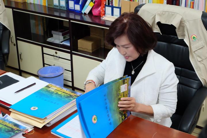 林姿妙今天一早當場在媒體前批公文,她說她具佛光大學碩士班學歷,羅東鎮的政績就是最好證明。記者張芮瑜/攝影