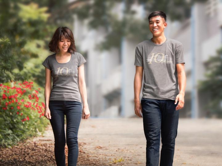 嘉義市文雅國小2名老師穿上10周年校慶紀念T恤,青春洋溢。圖/文雅國小提供