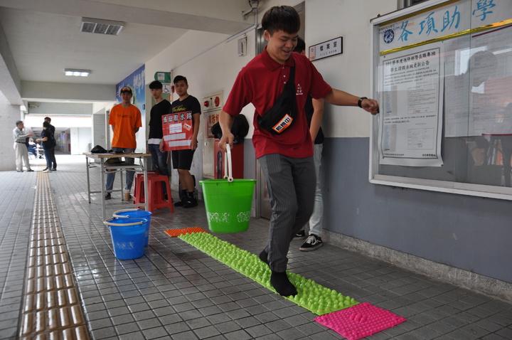 桃園龍華科技大學辦理飢餓12,並響應世界展望會水資源行動,設計14道水資源體驗關卡,讓學生體會糧食與水資源的珍貴。記者張裕珍/攝影