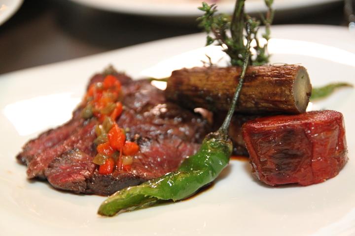 方柏儼說食物以最新鮮的食材、不過份的烹調以及繽紛的方式呈現。記者黃寅/攝影