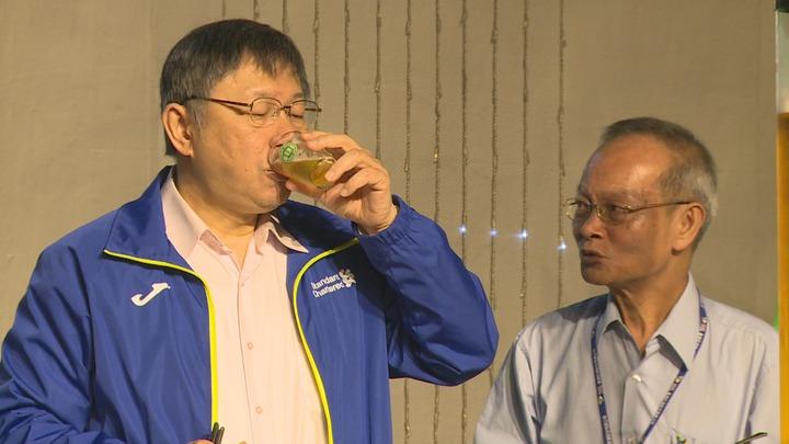 台北市長柯文哲17號前往台北啤酒工廠,視察未來將活化成的啤酒文化園區,得意的表示,到現場了解業者的需求最快。記者陳煜彬/攝影