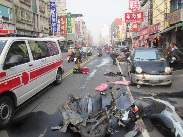 汽車逆向撞上對向兩輛機車,造成3人受傷。記者劉星君/翻攝