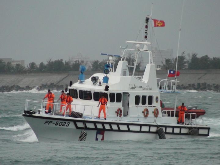 海巡署東巡局今天凌晨在屏東及台東縣界查獲偷渡案件,逮捕其中2人,另有2人溺斃及至少2人失蹤。圖/本報資料照