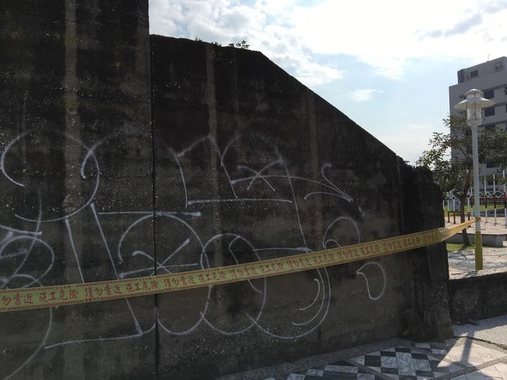 花蓮縣定古蹟花蓮市自由廣場圍牆昨晚遭任意噴漆塗鴉。記者徐庭揚/攝影
