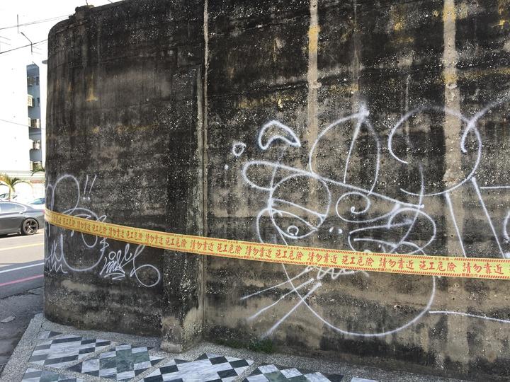 花蓮市自由廣場圍牆昨晚遭任意噴漆塗鴉。記者徐庭揚/攝影
