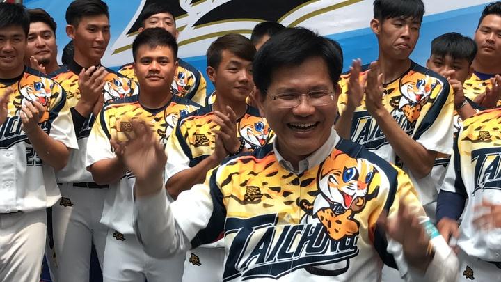 市長林佳龍(中)擔任城市隊領隊,身穿花博球衣大讚「足好」。記者陳秋雲/攝影