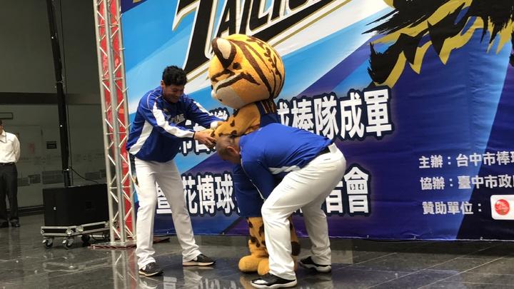 林英傑(左)教來虎投球,張泰山幫來虎抬腿,表現投手架式。記者陳秋雲/攝影