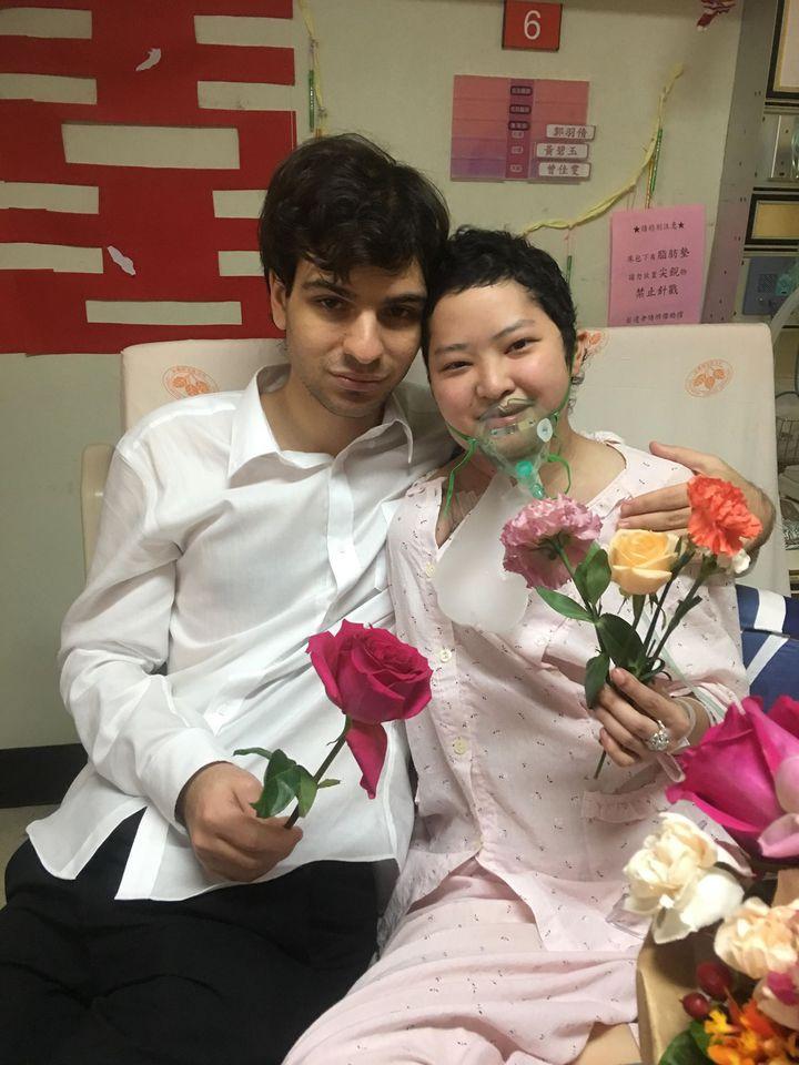 在菲比離世前兩天,她與男友力恩在病房內完成訂婚儀式。菲比是個帶著氧氣罩的新娘。圖/菲比親友提供