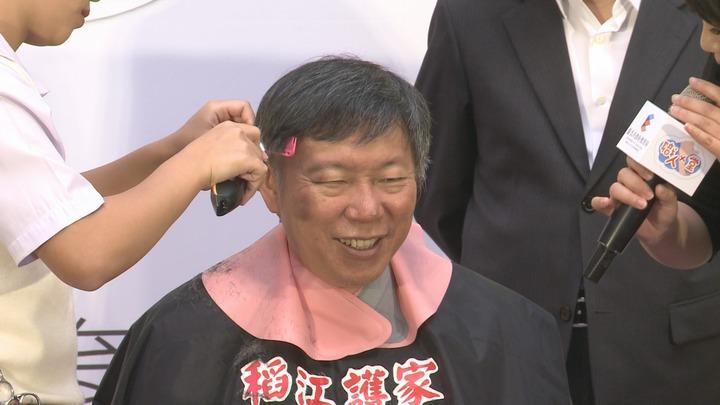 台北市長柯文哲出席技職教育臺北酷課雲上線活動 ,親自讓稻江護家學生設計髮型。攝影/記者林洧旭