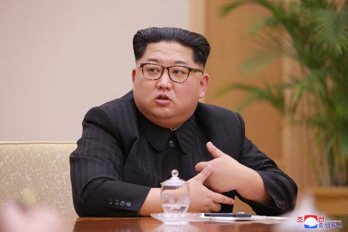 北韓官媒10日釋出領導人金正恩主持黨內會議的照片。根據朝中社報導,金正恩在會中首度提及兩韓峰會以及北韓與美國的對話。路透