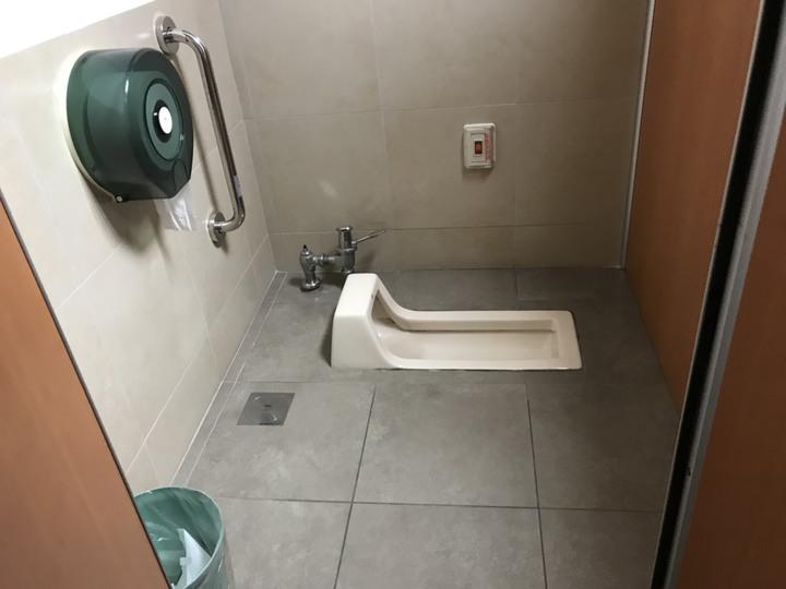 張嫌在廁所放置馬桶吸把偷拍,連續四年持續犯案,受害者高達上百人。記者蕭雅娟/翻攝