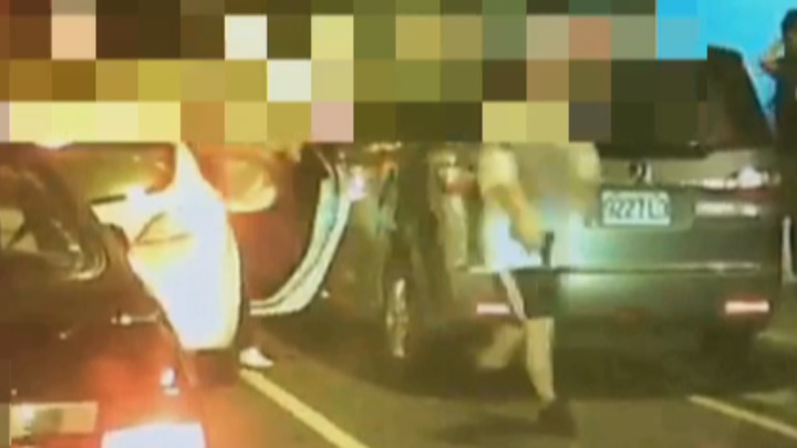 兩名男子持槍下車,便朝吳男周邊連轟7槍,吳男僅左腳受傷,示警意味濃。記者謝育炘/翻攝