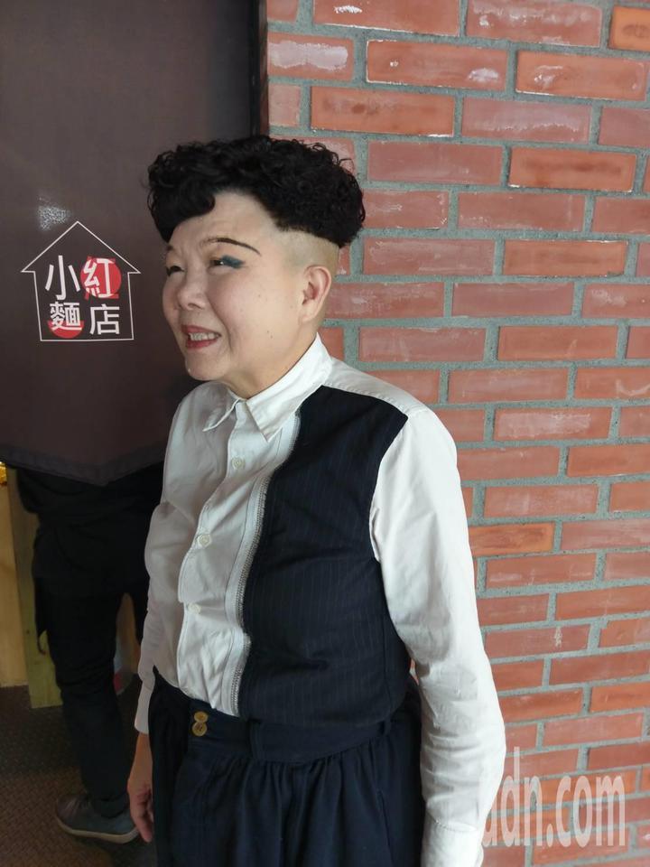 65歲餐廳女老闆洪美花剪西瓜皮髮型,相當搶眼。記者謝梅芬/攝影