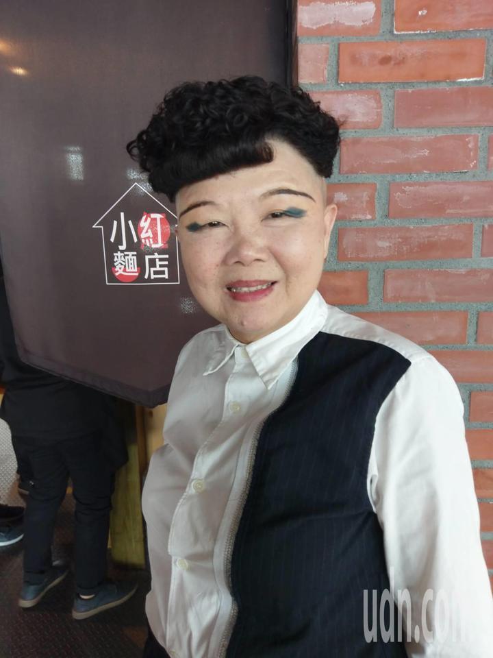 65歲餐廳女老闆洪美花剪西瓜皮髮型,眼影只畫兩點黑黑的,相當搶眼。記者謝梅芬/攝影