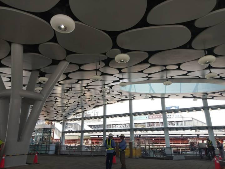 近千億元建設經費的鐵路地下化計畫對於高雄的未來發展、景觀再造、交通運輸等,可說是非常關鍵,預定107年8月通車啟用,未來10個新車站就像是10顆大珍珠,用鐵路串聯在一起,高雄車站是其中最大、最明亮的一顆。記者謝梅芬/攝影