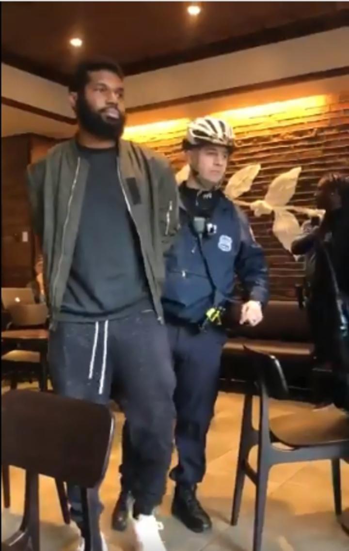 費城2名非裔男子,因為在店內等待友人未點餐想借廁所,遭星巴克報警驅趕,並被警方上銬逮捕,過程全被現場顧客上傳網路引發眾怒。@missydepino