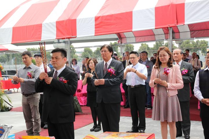 臻愛會館董事長林志成(左前)為在台中高鐵特定區興建的婚宴會館舉行動土典禮。記者黃寅/攝影