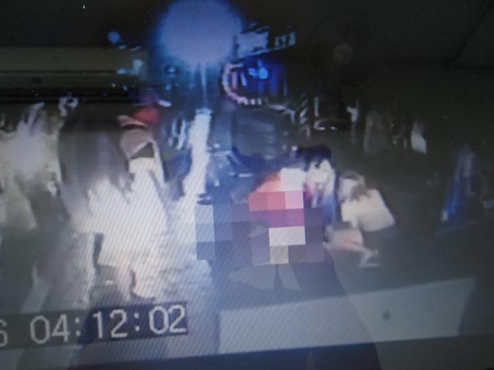 醫護人員冒著雨天在路中為倒地無呼吸心跳的顏姓男子CPR,成功救回一命。記者蔡維斌/翻攝