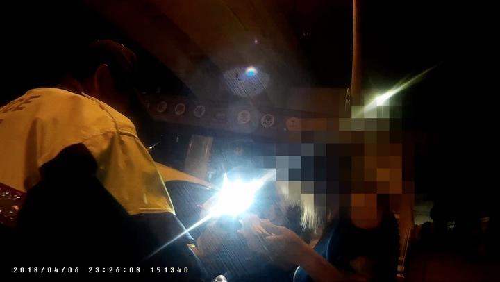 台中市詹姓女子持有一疊偽鈔,6日深夜被警方攔檢時,詹女還假裝有孕,但逃不過警方法眼。記者陳宏睿/翻攝