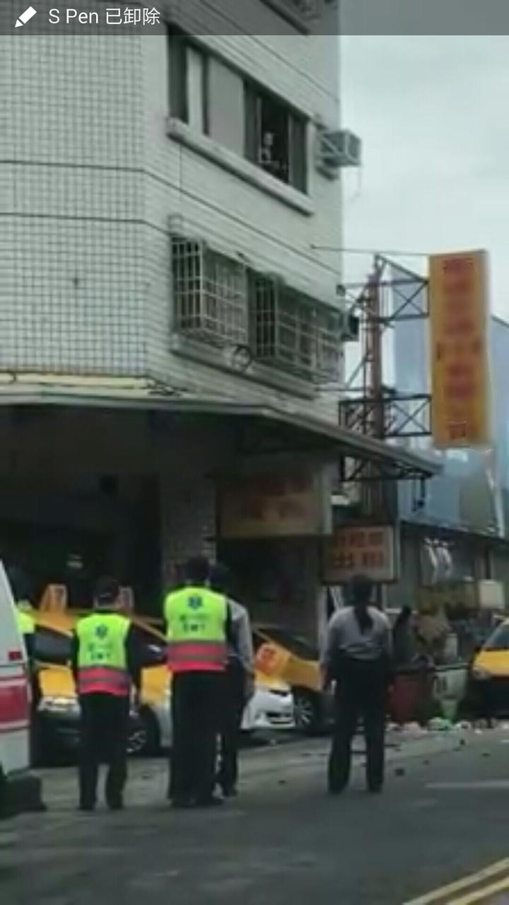 台中市一名精神異常婦人今天從3樓丟物品到樓下,警消到場。圖/臉書爆料公社