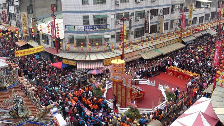 大甲媽在新港奉天宮舉行祝壽大典,寺廟四周人山人海。記者謝恩得/攝影