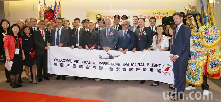法航重返台灣市場,從巴黎直飛台北的首航班機17日上午抵達桃園機場,首航機組員下機後在空橋門口合影留念。記者陳嘉寧/攝影