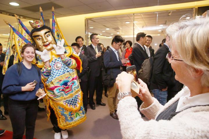 法航重返台灣市場,從巴黎直飛台北的首航班機17日上午抵達桃園機場,交通部觀光局派出台灣黑熊及電音三太子在空橋門口迎接,吸引許多旅客拍照紀念。記者陳嘉寧/攝影