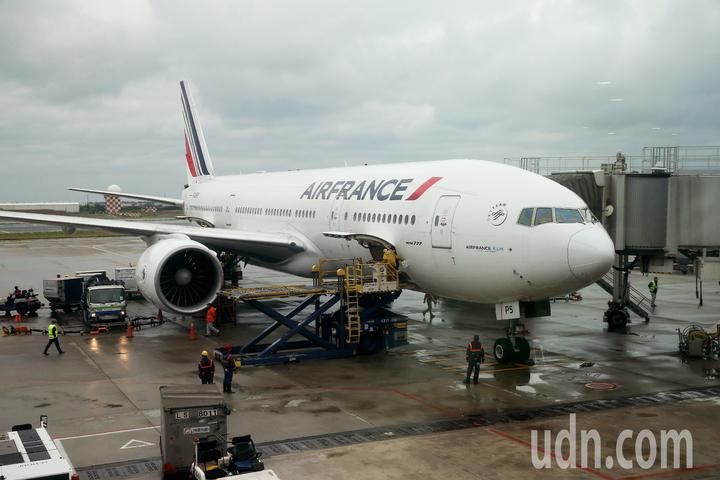 法航重返台灣市場,從巴黎直飛台北的首航班機17日上午抵達桃園機場,使用波音777-200型客機飛航。記者陳嘉寧/攝影