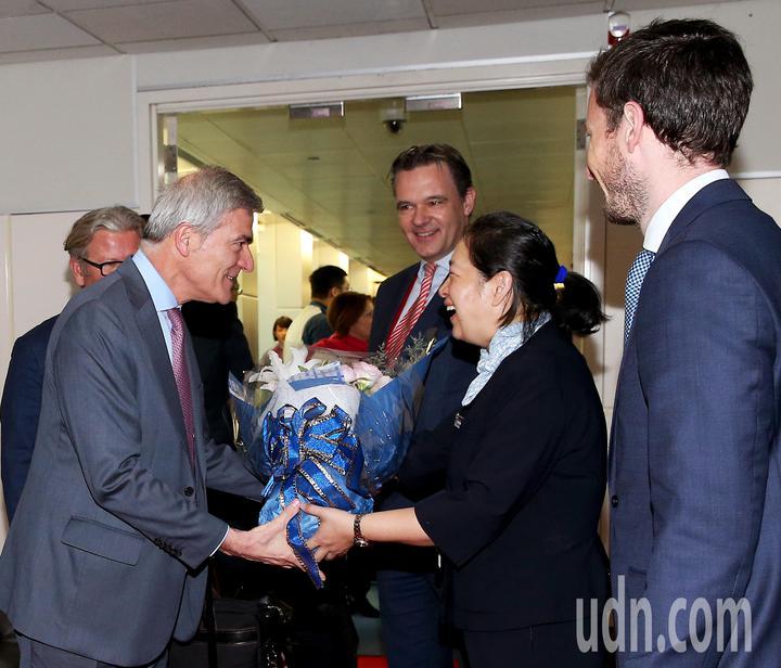 法航重返台灣市場,從巴黎直飛台北的首航班機17日上午抵達桃園機場,法航荷航集團亞太區高級副總裁朴安東(左)下機後接受獻花歡迎。記者陳嘉寧/攝影