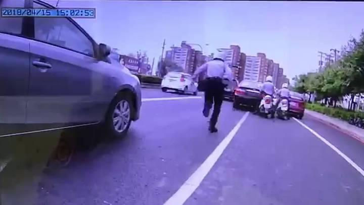 高雄市蘇姓男子駕駛轎車未懸掛車牌上路,被岡山警分局員警攔下開交通罰單。記者黃宣翰/翻攝