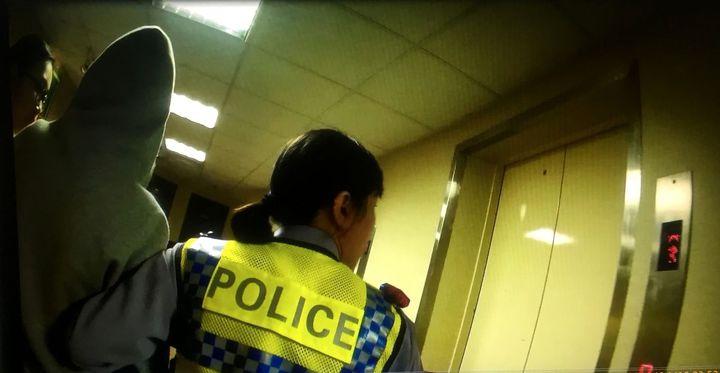 警方見情況急迫,為爭取送醫時間,與友人共同攙扶王女下樓,並以巡邏車搭載她送醫。記者邵心杰/翻攝