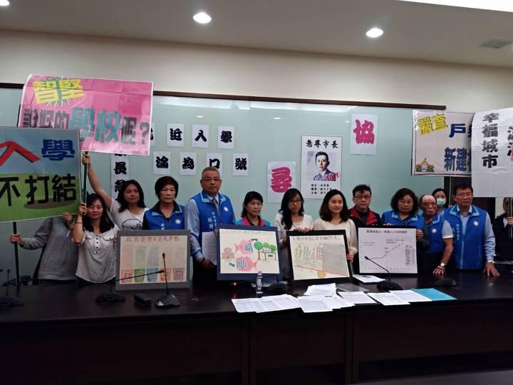 新竹市「光埔護苗協會」成員今天到市議會陳情,獲十多名議員聲援。記者林家琛/攝影