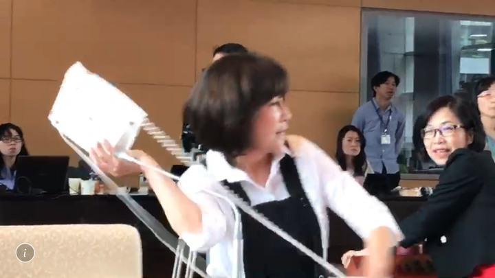 台中市議員黃馨慧發言被干擾,氣到拿電話丟向民進黨議員何敏誠。記者陳秋雲/攝影