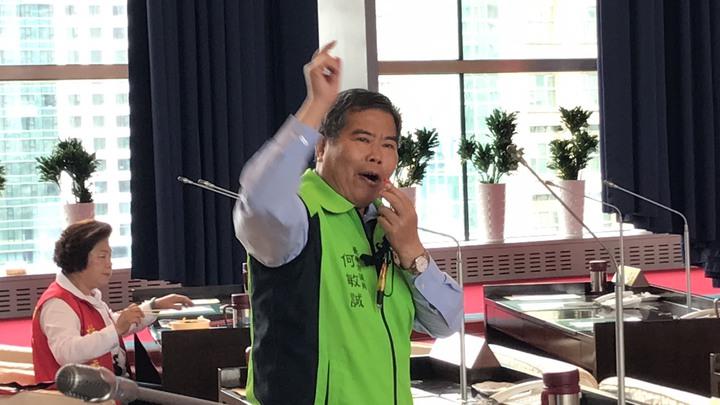 何敏誠吹哨子干擾藍營議員發言。記者陳秋雲/攝影