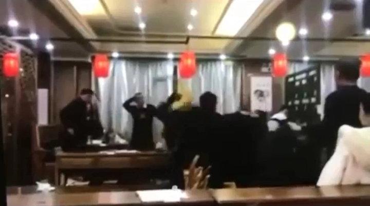 影片裡一群人大打出手,還有人抄起酒瓶砸人,爆料者胡亂指控是南投林姓前議員。圖/截自「爆料公社」影片