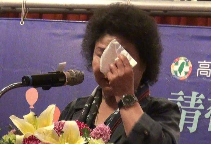 高雄市長陳菊今天在高市議會民進黨團歡送她就任新職的午宴上,談到12年來面對的市政艱辛和家人臨終前無法見最後一面,忍不住哽咽落淚。記者楊濡嘉/攝影