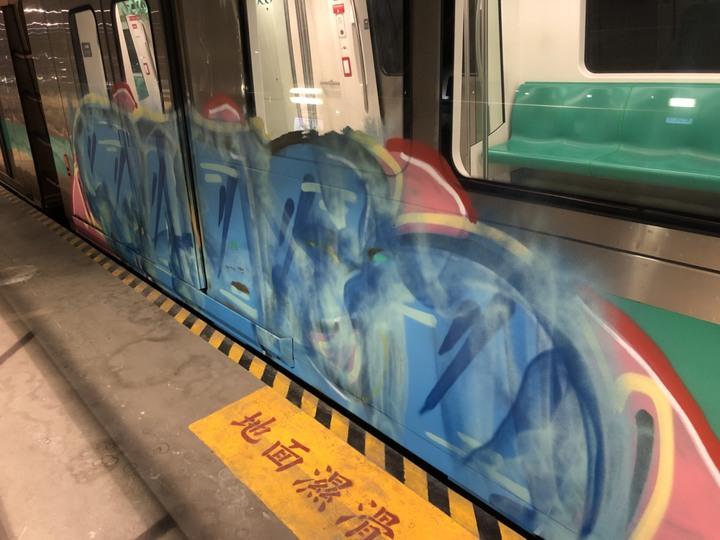 高雄捷運大寮機廠本月12日清晨遭塗鴉客入侵塗鴉車廂。記者劉星君/翻攝