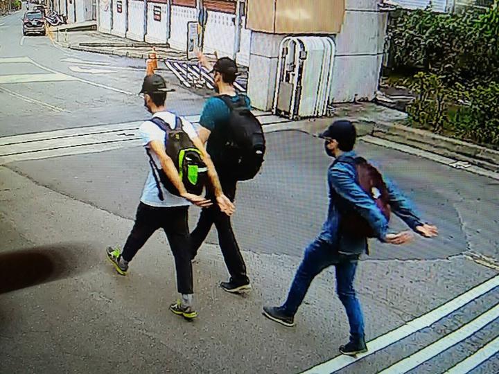 警方循線調閱監視器,發現塗鴉的是3名西班牙籍男子,當天塗鴉完後,徒步走4公里,行經輔英科大門口前,還故意甩手,跟警衛打招呼,佯裝來運動的民眾。記者劉星君/翻攝