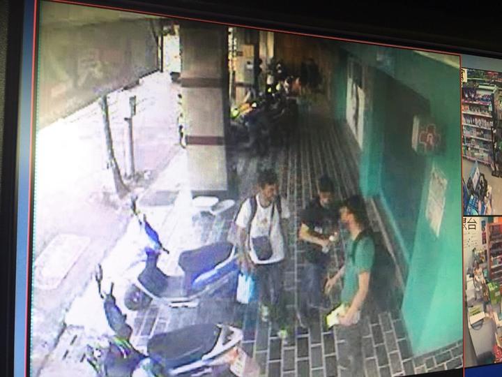 警方循線調閱監視器,發現塗鴉的是3名西班牙籍男子。記者劉星君/翻攝